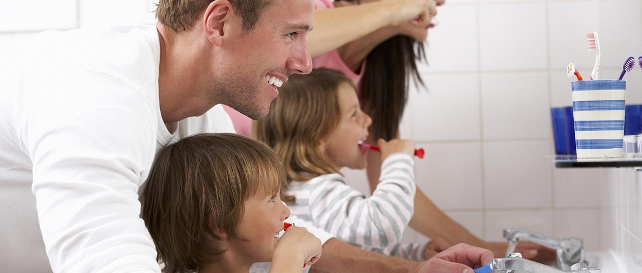 Familie på badet og pusser tenner