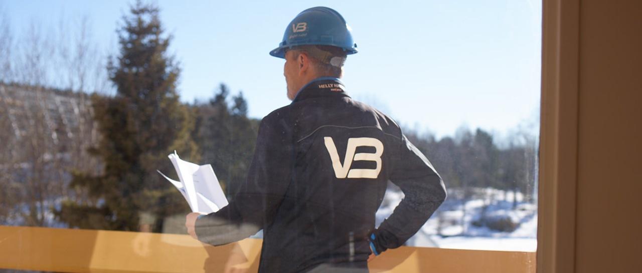 VB rørlegger leser prosjektplan